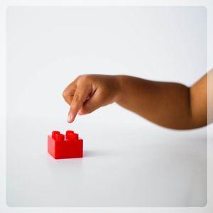 dziecko dotykające przedmiot